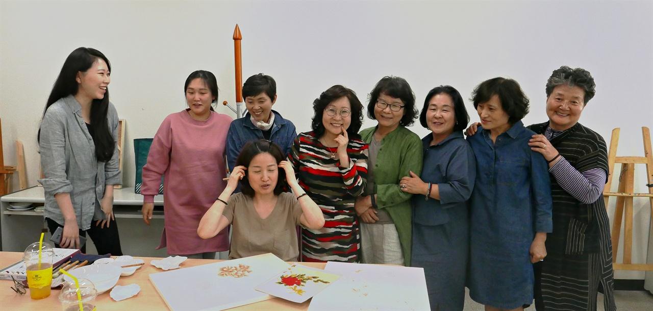 김희순 작가가 진행하고 있는 경인교대 평생교육원의 민화반.  김작가(왼쪽서 다섯번째) 역시 2006년엔 이들 중 하나였다. 민화는 커뮤니티와 전시와 공모가 풍부하다. 이런 토양이 현재 민화 번성의 한 이유다.