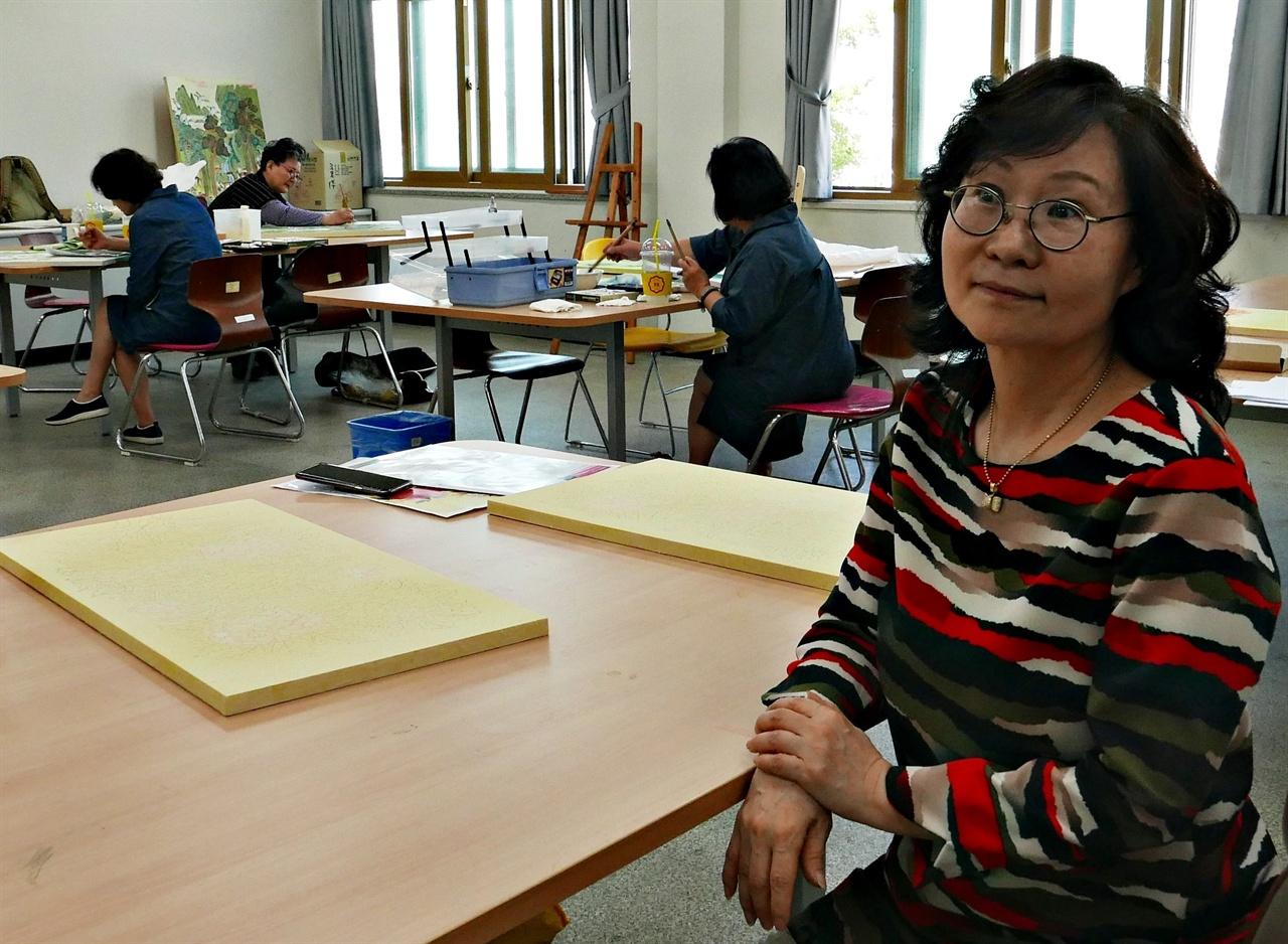 가르침은 배움을 준다. 그가 그렇게 받았듯이, 그렇게 돌려준다. '오늘의 민화'를 주장하는 김희순 작가의 그림은 변화가 자연스럽다