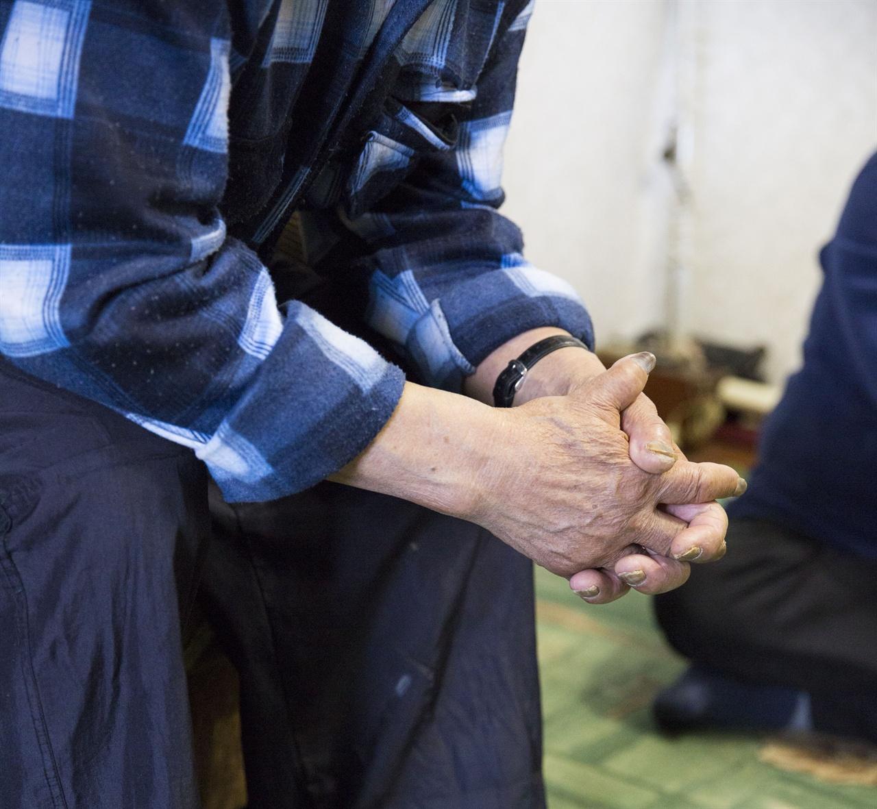 김윤덕 할아버지    37년간 탄광에서 강제노동을 해야만 했던 김 할아버지의 몸에는 고단한 삶의 흔적이 그대로 남아 있다. 손톱은 아직도 석탄물이 빠지지 않아 시커멓다.