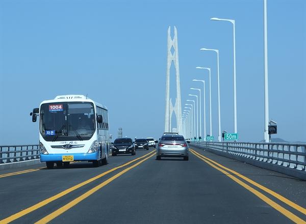전남 신안군은 버스 대란 걱정 없이 전국 지자체 최초로 13년째 버스 완전 공영제를 실시하고 있다. (사진은 21일 오후, 지난 4월 개통한 천사대교를 건너고 있는 신안군의 공영버스.)
