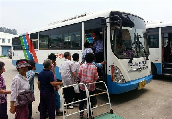 전국 최초로 13년째 운행하고 있는 신안군의 완전 공영제 버스는 연간 약 67만 명이 이용하고 있다.
