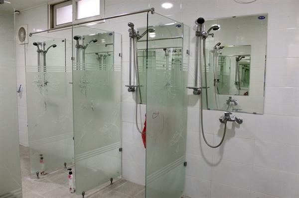 대기업 원청 노동자들이 사용하는 샤워실