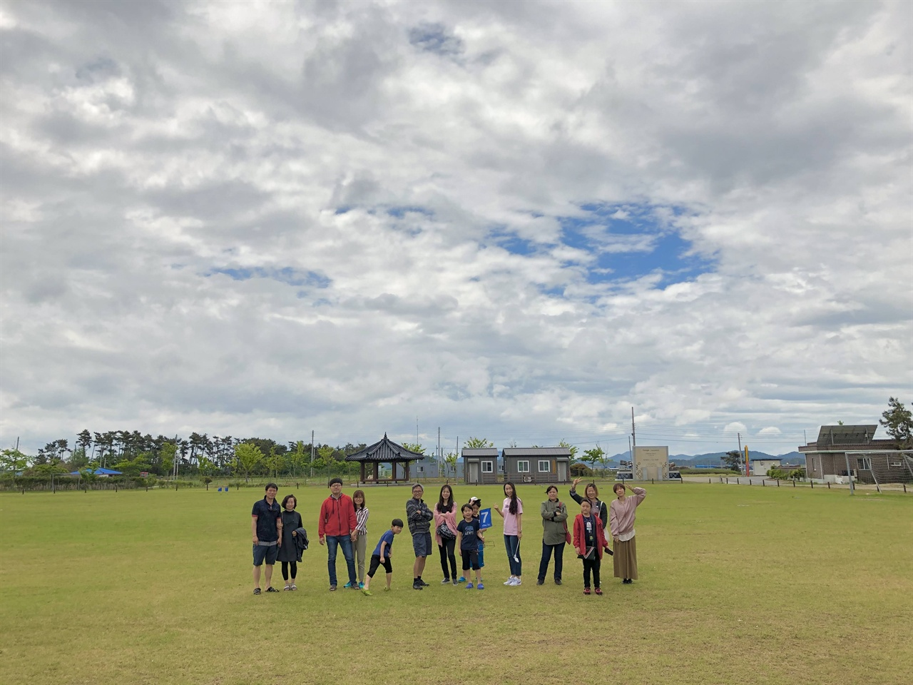 사람이 있어 다행이다, 느꼈어요.  지난 5월 17일부터 도초도에서 열린 '섬마을 인생학교'의 한 장면이예요. 싱그러운 초록의 잔디 만큼이나 따뜻하고 싱그러운 사람들 덕분에, 한참을 행복했습니다. 감사합니다!
