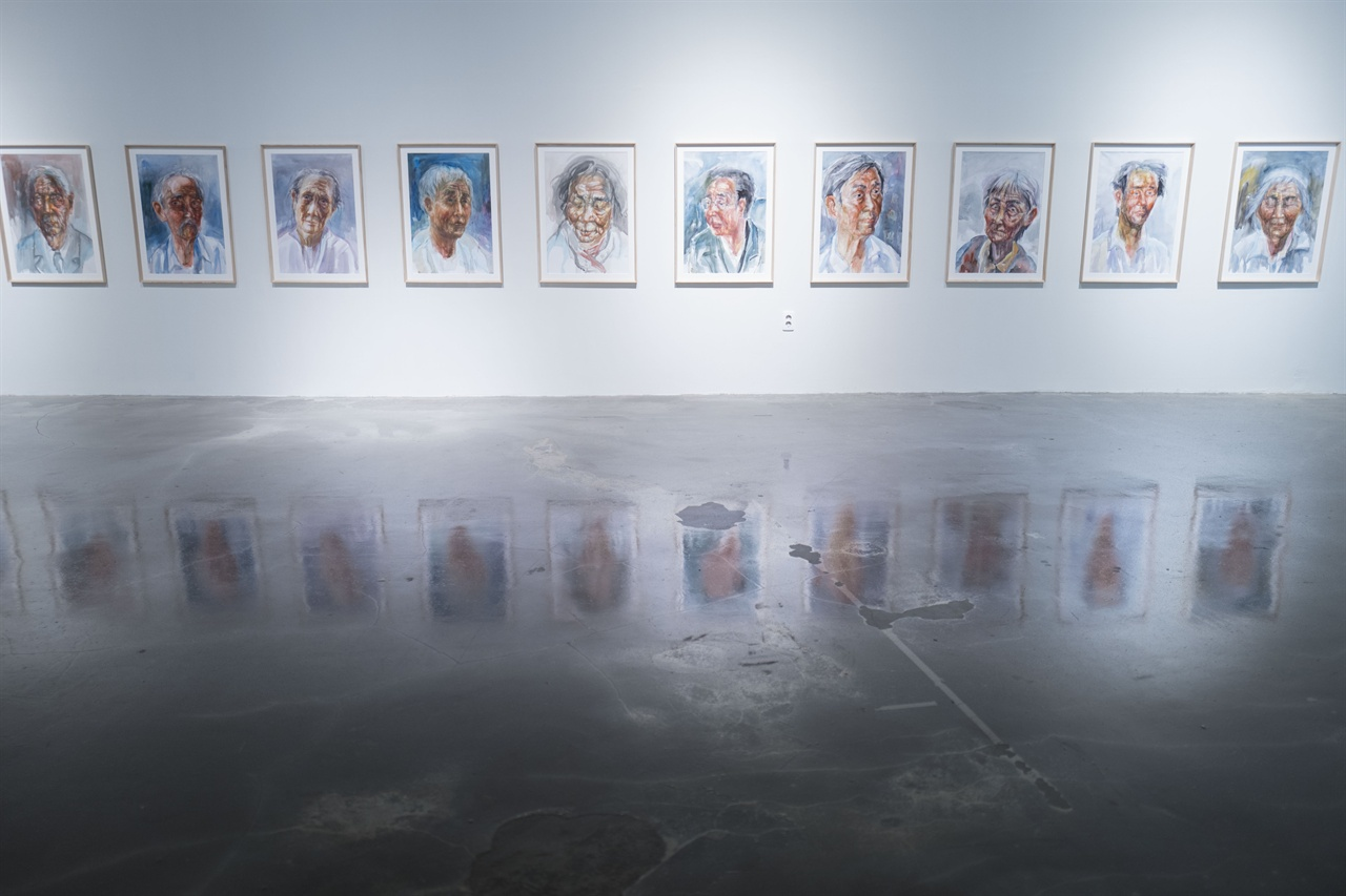 주명수화가의 '섬을떠나며'초상화 연작    사할린한인의 생활상과 귀환의 문제의식을 담고 있는 주명수화가의 작품들이 김포아트빌리지에서 전시되고 있다.