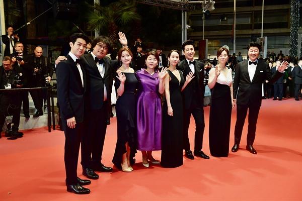 영화 <기생충>의 공식 상영이 열린 21일 저녁, 봉준호 감독과 배우들이 레드카펫을 걷고 있다.