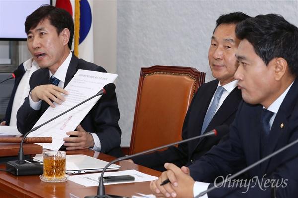 바른미래당 손학규 대표가 22일 오전 국회에서 열린 임시 최고위원회의에서 하태경 최고위원의 발언을 듣고 있다.