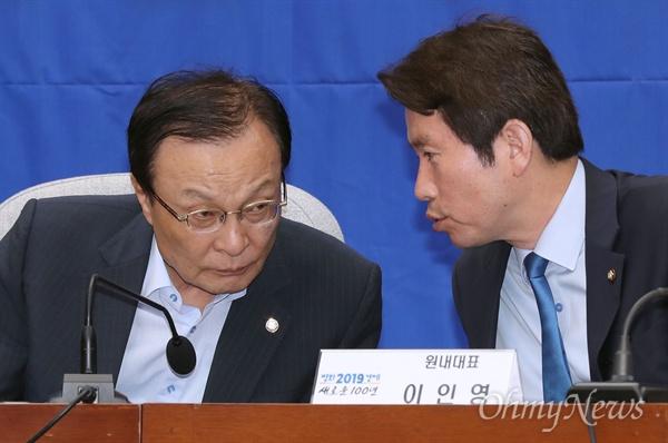 더불어민주당 이해찬 대표와 이인영 원내대표가 22일 오전 국회에서 열린 확대간부회의에서 대화하고 있다.