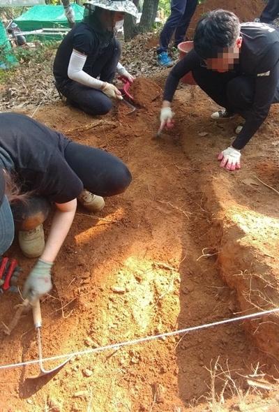 한국전쟁기민간인학살유해발굴공동조사단이 아산시 염치읍 백암리 민간인 희생자 유해발굴 현장에서 유해발굴을 하고 있다.