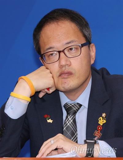 더불어민주당 박주민 최고위원이 22일 오전 국회에서 열린 확대간부회의에 참석하고 있다.