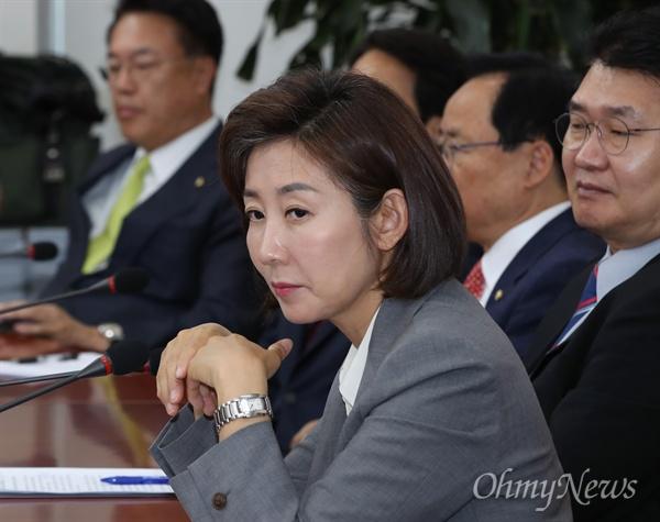 자유한국당 나경원 원내대표가 22일 오전 국회에서 열린 중진의원 연석회의에서 참석자들의 발언을 듣고 있다.