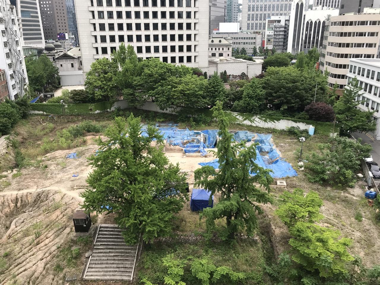 호텔 개발이 추진중인 대관정터 대관정터는 2012년 이 땅을 1721억 원에 인수한 부영건설이 27층 높이 부영호텔 건설을 추진중이다. 호텔 개발이 추진되면서 근대 문화유산인 대관정터가 그대로 사라질 거라는 우려가 커졌지만 서울시와 부영이 오랜 협상을 하면서 주변 근대 빌딩을 보존하는 방향으로 가닥을 잡았다. 막대한 부지 매입 비용 때문에 대관정터를 그대로 보존하면서 대관정을 복원하진 못하지만, 근대 문화유산 복원을 위해 시와 기업이 '협업'한 사례로 평가받고 있다. 대관정터에 남아있는 유구는 호텔 2층에 전시관을 꾸며 보존할 예정이다.