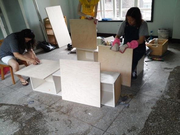 테이블 만들기 목공방에서 재단해온 테이블상판 사포질 작업. 사이즈별로 8개의 상판을 사포질하는데 정말 힘든 작업이었다.