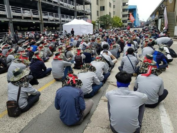 법인분할 저지에 나선 현대중공업노조가 5월 20일 4시간씩 부분파업 중 집회를 열고 있다