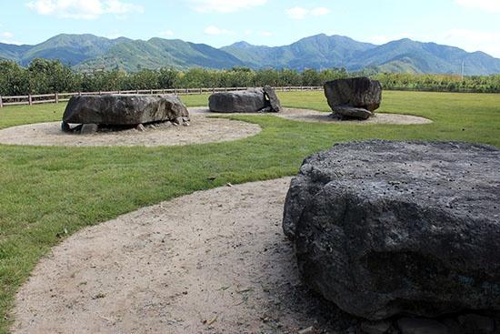 대구에 있는 고인돌 유적 중에서 사장 시원스러운 풍광을 자랑하는 곳은 대구 달성군 가창면 냉천리 제일교회 뒤편의 고인돌 유적이다. 대구시 기념물 14호로 지정되어 있다.