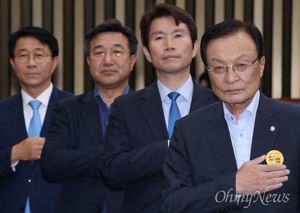 더불어민주당 이해찬 대표와 이인영 원내대표 등이 22일 오후 국회에서 열린 의원총회에서 국민의례를 하고 있다.