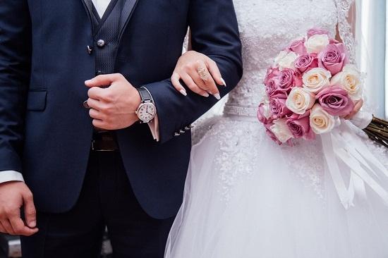 인생 중대사인 결혼식의 풍속도가 달라지고 있다. 이삼십대는 하객이 많이 참석하는 것을 좋아하는데 정작 참석할 친구들은 없어 하객 알바가 성행한다.