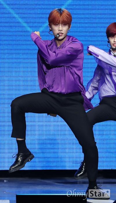 'AB6IX' 박우진, 거친 카리스마 AB6IX(에이비식스. 이대휘, 박우진, 임영민, 김동현, 전웅)의 박우진이 22일 오후 서울 방이동 올림픽공원 올림픽홀에서 열린 첫 번째 미니앨범 < B:COMPLETE > 데뷔 쇼케이스에서 데뷔곡 < BREATHE (브리드) >와 수록곡들을 선보이고 있다.  5명의 멤버와 팬덤으로 완전해지는 'ABSOLUTE SIX'와 초월적 결합을 의미하는 'ABOVE BRANDNEW SIX'의 약자인 AB6IX는 워너원의 박우진과 이대휘, MXM의 임영민과 김동현 그리고 뉴페이스 전웅으로 구성된 보이그룹이다.