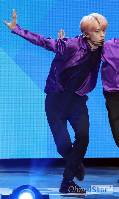 AB6IX, 완전과 초월 그리고 진정성 AB6IX(에이비식스. 이대휘, 박우진, 임영민, 김동현, 전웅)가 22일 오후 서울 방이동 올림픽공원 올림픽홀에서 열린 첫 번째 미니앨범 < B:COMPLETE > 데뷔 쇼케이스에서 데뷔곡 < BREATHE (브리드) >와 수록곡들을 선보이고 있다.  5명의 멤버와 팬덤으로 완전해지는 'ABSOLUTE SIX'와 초월적 결합을 의미하는 'ABOVE BRANDNEW SIX'의 약자인 AB6IX는 워너원의 박우진과 이대휘, MXM의 임영민과 김동현 그리고 뉴페이스 전웅으로 구성된 보이그룹이다.