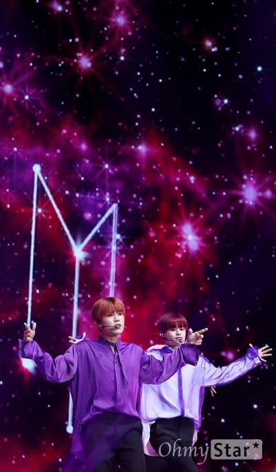 AB6IX, 별자리 박차고 나온 별들 AB6IX(에이비식스. 이대휘, 박우진, 임영민, 김동현, 전웅)가 22일 오후 서울 방이동 올림픽공원 올림픽홀에서 열린 첫 번째 미니앨범 < B:COMPLETE > 데뷔 쇼케이스에서 수록곡 '별자리(SHINING STARS)'를 선보이고 있다.  5명의 멤버와 팬덤으로 완전해지는 'ABSOLUTE SIX'와 초월적 결합을 의미하는 'ABOVE BRANDNEW SIX'의 약자인 AB6IX는 워너원의 박우진과 이대휘, MXM의 임영민과 김동현 그리고 뉴페이스 전웅으로 구성된 보이그룹이다.