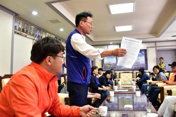 해운대구의회 의장실을 찾은 김재하 민주노총 부산본부장이 결의안을 비판하며 강하게 항의하고 있다.