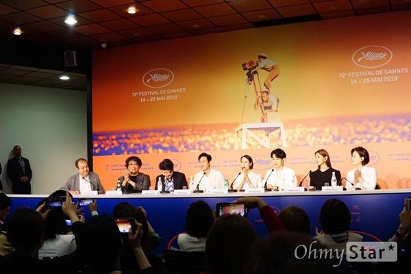 영화 <기생충>의 공식 기자 간담회가 22일 오전(현지시각) 팔레 드 페스티벌에서 열렸다.