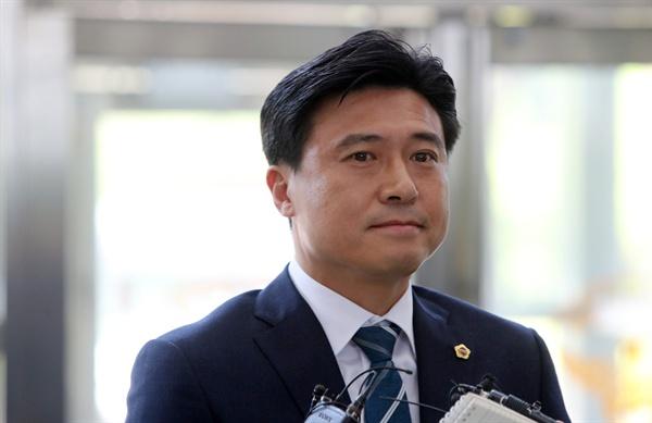 질문받는 김종천 의장 프로축구단 대전시티즌 선수 선발에 개입했다는 의혹을 받는 김종천 대전시의회 의장이 23일 오전 대전지방경찰청으로 들어가며 기자 질문을 받고 있다.