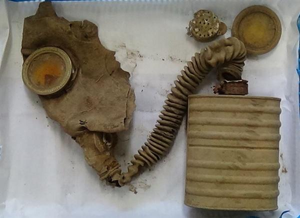 화살머리고지서 발굴된 중국군 전사자 방독면 국방부가 DMZ(비무장지대) 내 화살머리고지에서 6·25 전사자 유해발굴 작업 중 중국군 전사자의 것으로 추정된 방독면을 찾았다고 23일 밝혔다. 2019.5.23 [국방부 제공]