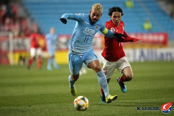 2019년 3월 12일 대구 포레스트아레나(DGB대구은행파크)에서 열린 ACL F조 조별예선 2차전 대구 FC와 광저우 에버그란데의 경기. 대구의 세징야 선수가 광저우 수비를 상대로 공을 드리블하고 있다.
