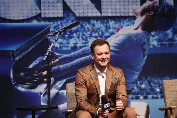 태런 에저튼 가수 엘튼 존의 일대기를 그린 영화 '로켓맨' 주연을 맡은 태런 에저튼이 23일 오전 서울 롯데시네마 월드타워점에서 열린 기자간담회에서 포즈를 취하고 있다.