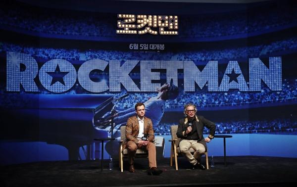 태런 에저튼과 덱스터 플레처 감독 가수 엘튼 존의 일대기를 그린 영화 '로켓맨' 주연을 맡은 태런 에저튼(왼쪽)과 덱스터 플레처 감독이 23일 오전 서울 롯데시네마 월드타워점에서 열린 기자간담회에서 인사말을 하고 있다.