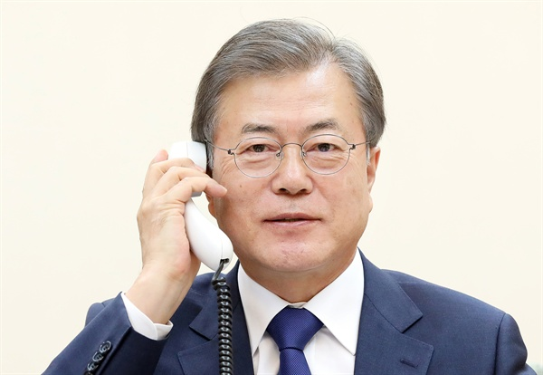 문재인 대통령이 5월 7일 오후 청와대 관저 소회의실에서 도널드 트럼프 미국 대통령과 전화통화를 하고 있는 모습.