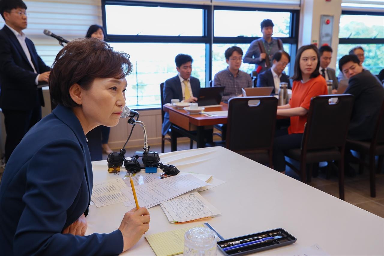 김현미 국토교통부 장관이 23일 세종시 장군면 한 음식점에서 열린 출입기자단 오찬간담회에서 3기신도시, GTX 등 현안에 대한 입장을 밝히고 있다.