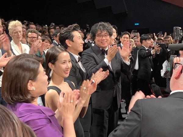 뤼미에르 대극장에서 21일 첫 공식 상영을 마친 직후 <기생충> 팀. 관객들 기립박수에 화답하고 있다.