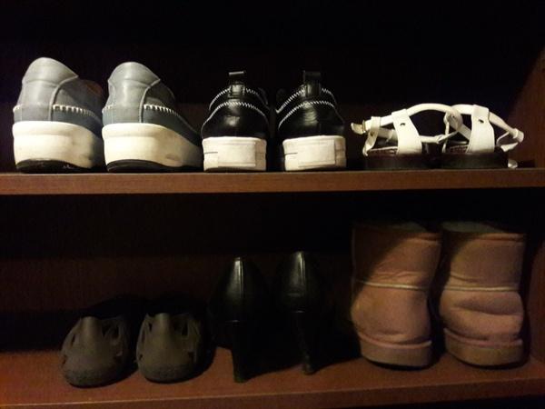 각종신발이 입주한 신발장의 모습. 입양 온 신발들도 환영하고 새 신발도 격하게 환영. '꽃길만은 아닐텐데, 앞으로 잘 부탁해'