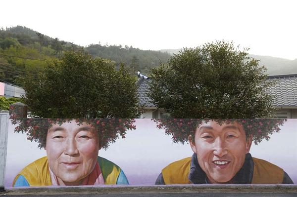 신안 암태도 기동마을 삼거리에 그려진 동백 파마 벽화. 천사대교가 개통된 이후 핫 플레이스가 되고 있다.