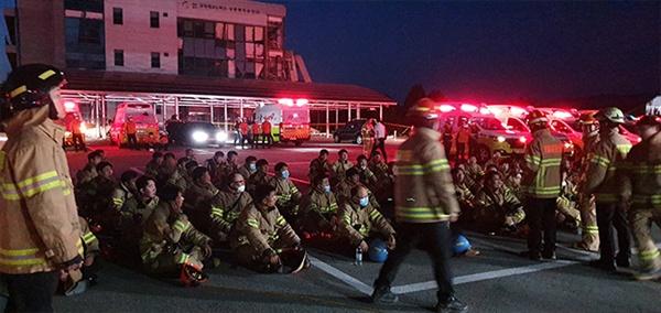 23일 강릉과학산업단지에서 발생한 수소탱크 폭발 사고 현장에서 소방 구조대원들이 대기하고 있다.