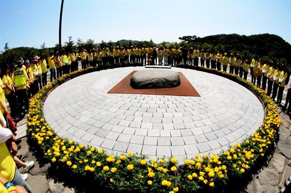 """""""민주주의 최후의 보루는 깨어있는 시민의 조직된 힘이다"""" 고 노무현 대통령의 묘소에 참배하는 깨시국 순례자들"""