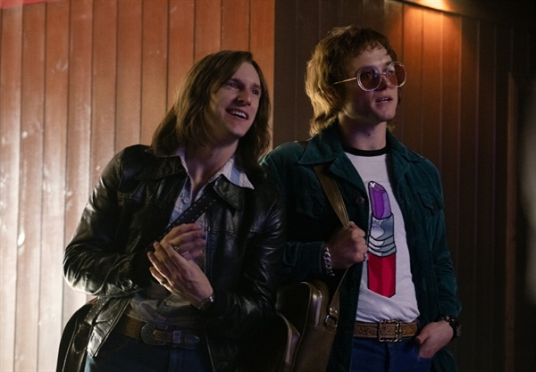 영화 < 로켓맨 >의 한 장면.  엘튼 존에겐 영혼의 콤비나 다름 없는 작사가 버니 토핀 역은 제이미 벨(왼쪽)이 맡았다.