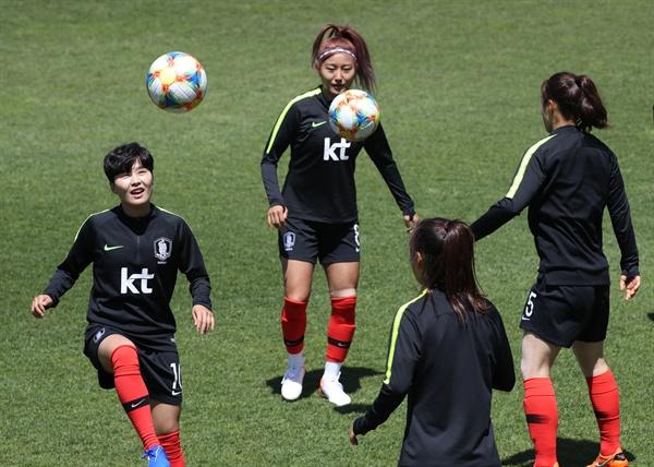 훈련하는 지소연-조소현 국제축구연맹(FIFA) 월드컵 2회 연속 16강 진출에 도전하는 한국 여자대표팀의 지소연, 조소현 등 선수들이 21일 경기도 파주 축구대표팀트레이닝센터(NFC)에서 훈련하고 있다.