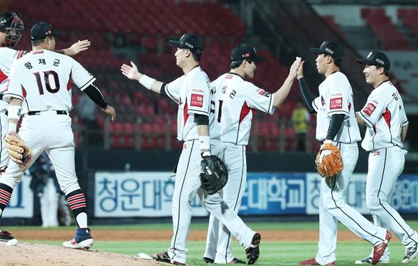 kt 승리 21일 오후 경기도 수원시 장안구 kt위즈파크에서 열린 2019 KBO리그 프로야구 두산 베어스와 kt 위즈의 경기. 12-7로 승리한 kt 선수들이 하이파이브를 하고 있다.