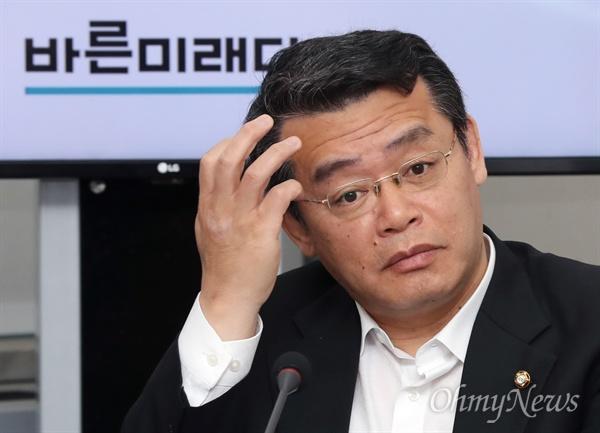 바른미래당 임재훈 의원이 24일 오전 국회에서 열린 임시 최고위원회의에 참석하고 있다.