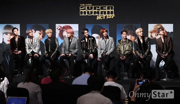 NCT 127, 슈퍼휴먼 함께 해요! NCT 127(태일, 쟈니, 태용, 유타, 도영, 재현, 윈윈, 마크, 해찬, 정우)이 24일 오후 서울 여의도의 한 호텔에서 열린 네 번째 미니앨범 < NCT #127 WE ARE SUPERHUMAN(엔시티 #127 위 아 슈퍼휴먼) > 제작발표회에서 뮤직비디오를 보고 있다. 타이틀 곡 'Superhuman'은 컴플렉스트로(Complextro) 댄스 곡으로, '개인의 잠재력을 깨닫고 긍정의 힘으로 꿈을 이루고자 한다면 누구든 슈퍼휴먼이 될 수 있다'라는 메시지를 담고 있다.
