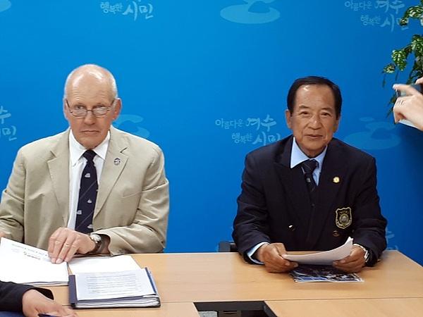 23일 오후 2시 반, 여수시청에서 기자회견하는 국제항해훈련협회(STI) 마이크 보울(왼쪽)씨와 코리아나호 정채호 선장