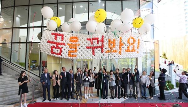 서철모 화성시장이 지난 7일 화성시 어린이문화센터 개관식에서 참석자들과 기념 촬영을 하고 있다.