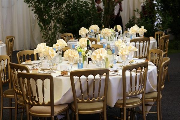 그의 결혼식에는 젊은 사람이 거의 없었다. 210여 명 하객 중 30명 정도를 제외하곤 전부 어르신들이었다.