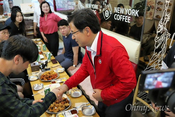 악수하는 황교안 황교안 자유한국당 대표가 24일 오후 서울 노량진의 한 점포에서 치킨과 사이다를 나누며 공무원 시험 및 취업을 준비하는 청년들과 악수를 나누고 있다.