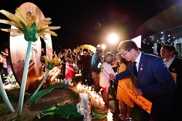 염태영 수원시장이 고 노무현 전 대통령 10주기를 맞아 지난 23일 밤 수원시 연화장 앞에 있는 '작은비석'에 헌화하고 있다.