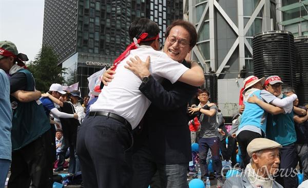 조희연 교육감, 전교조와 함께 춤을 조희연 서울시교육감이 25일 오후 서울 종각역 네거리에서 열린 전국교직원노동조합(전교조) 결성 30주년 전국교사대회에서 참가자들과 함께 율동을 하고 있다.