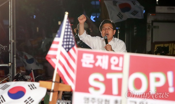 자유한국당 '문재인 STOP' 장외집회 자유한국당 황교안 대표가 25일 오후 서울 세종문화회관앞에서 열린 '문재인 STOP! 국민이 심판합니다' 집회에서 연설하고 있다.