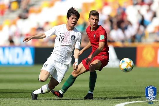 U-20 대표팀 최준이 2019 U-20세 이하 월드컵 F조 1차전 포르투갈과의 경기에서 포르투갈 선수와 볼 쟁탈전을 벌이고 있다